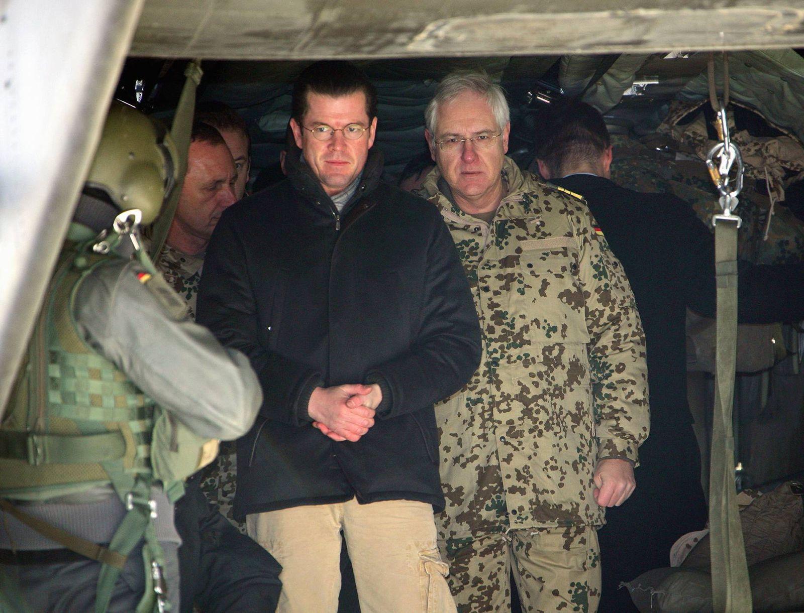 NICHT VERWENDEN Guttenberg besucht deutsche Soldaten in Afghanistan