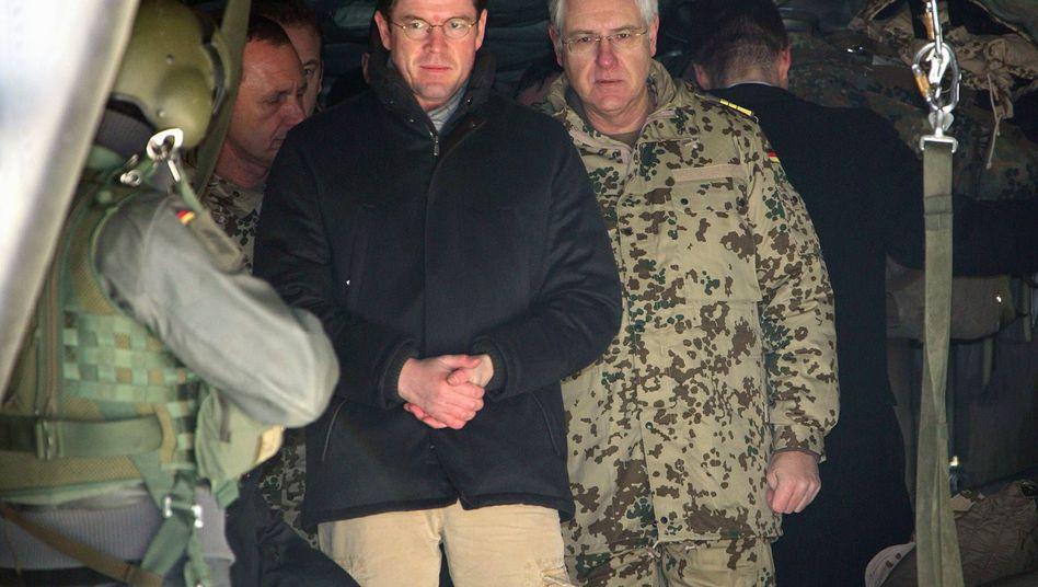 """Verteidigungsminister Guttenberg (CSU) in Kunduz: """"Realistische"""" Regeln für Soldaten"""