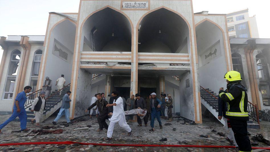 Bergung der Opfer nach dem Anschlag auf die Moschee
