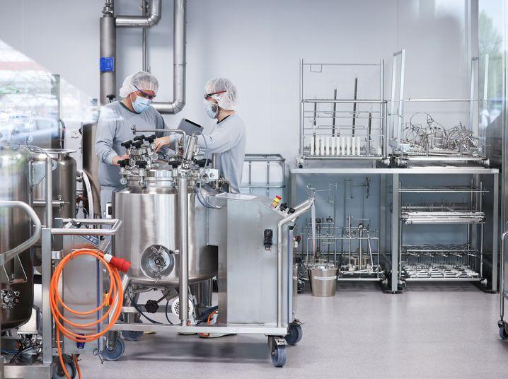 Arbeiter in der deutschen Firma Dermapharm in Reinbek, die den Impfstoff von Biontech produzieren soll