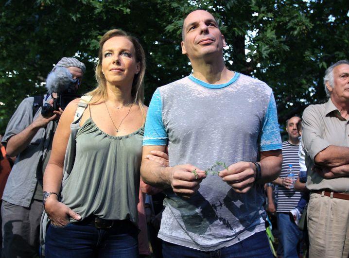 Auch Gianis Varoufakis und Ehefrau mischten sich unter die Menschen vor dem ERT-Gebäude