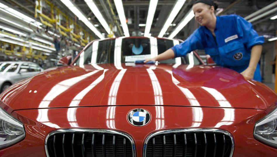 BMW-Mitarbeiterin in Regensburg: Rekordergebnis weiter angepeilt, aber Risiken bleiben