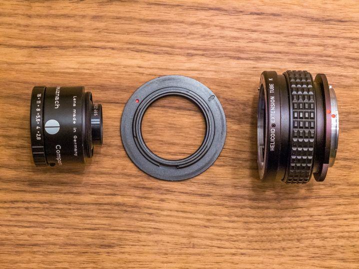 Das Vergrößerungsobjektiv. Eine Fokussierschnecke ermöglicht die Scharfeinstellung.