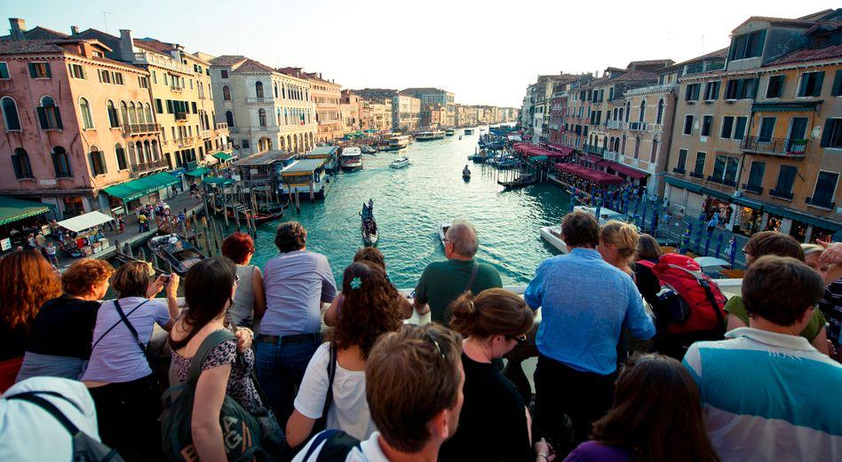 Touristen in Venedig: Ob sie alle Trolleys mit Gummirollen haben?