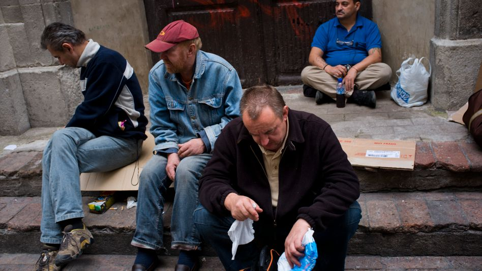 Wartende Männer vor der Essensausgabe: Mehr Spanier kämpfen mit Schlaflosigkeit