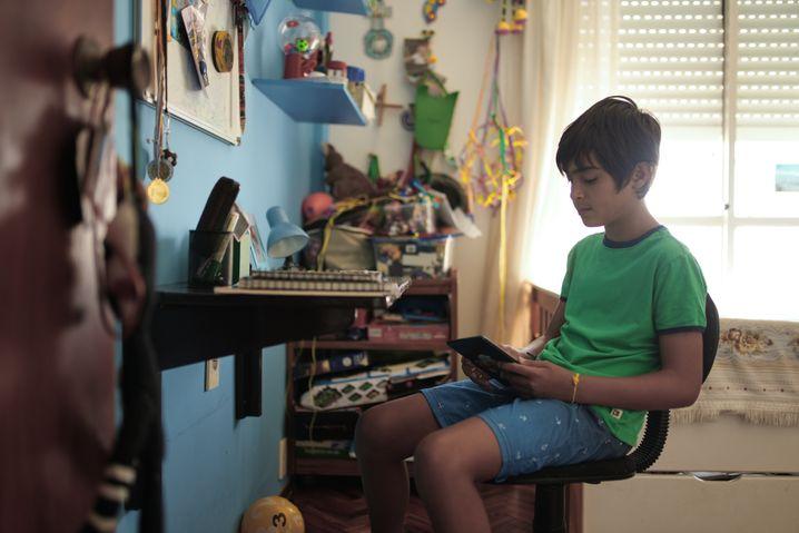 Leandro, 10, arbeitet an seinem Tabletcomputer zu Hause in Montevideo