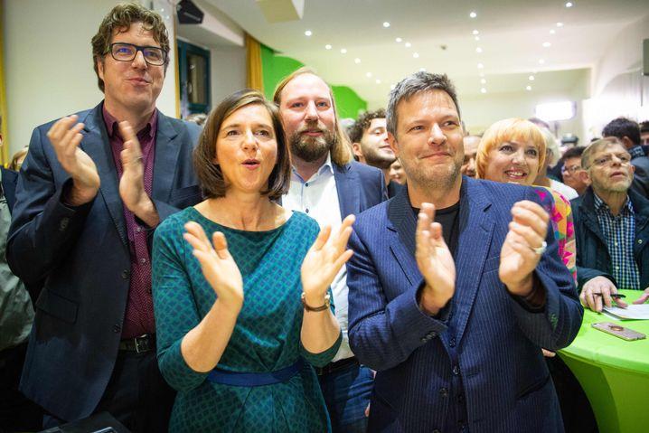Katrin Göring-Eckardt jubelt mit anderen Spitzenpolitikern der Grünen über das Ergebnis der Hessen-Wahl