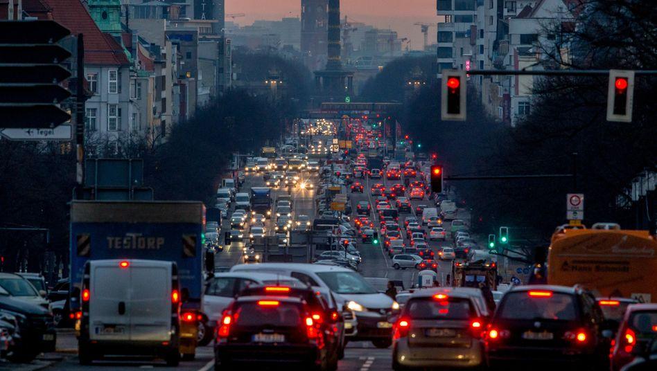 Im eigenen Auto ohne Kontakt mit anderen ans Ziel: Diese Logik könnte am Ende von Lockdown und Ausgangsbeschränkungen zu vollen Straßen führen, wie hier auf dem Berliner Kaiserdamm. Bewährte Strategien könnten das verhindern