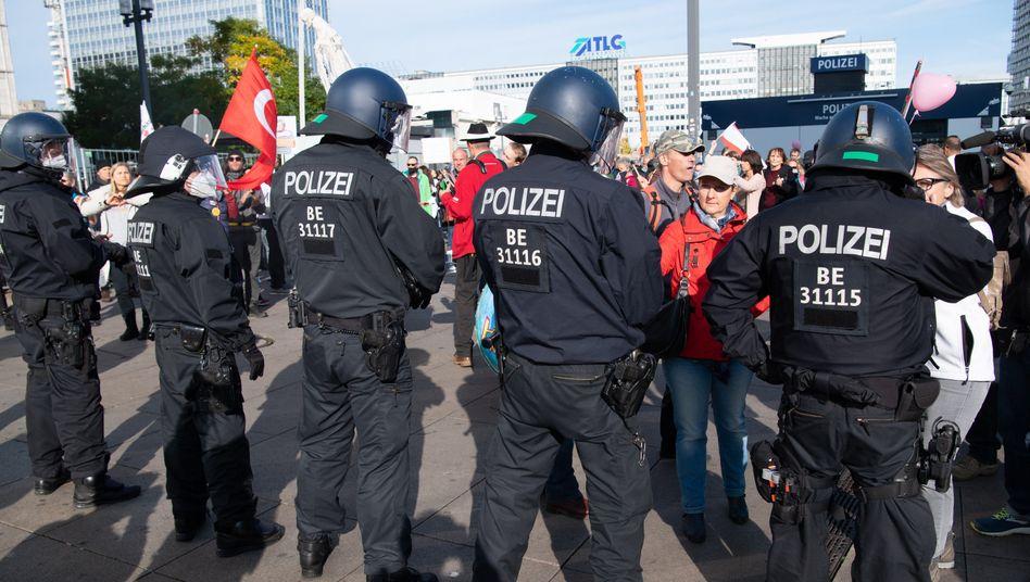 Polizeiabsperrung am Alexanderplatz vor Beginn der Demo (25.10.2020)
