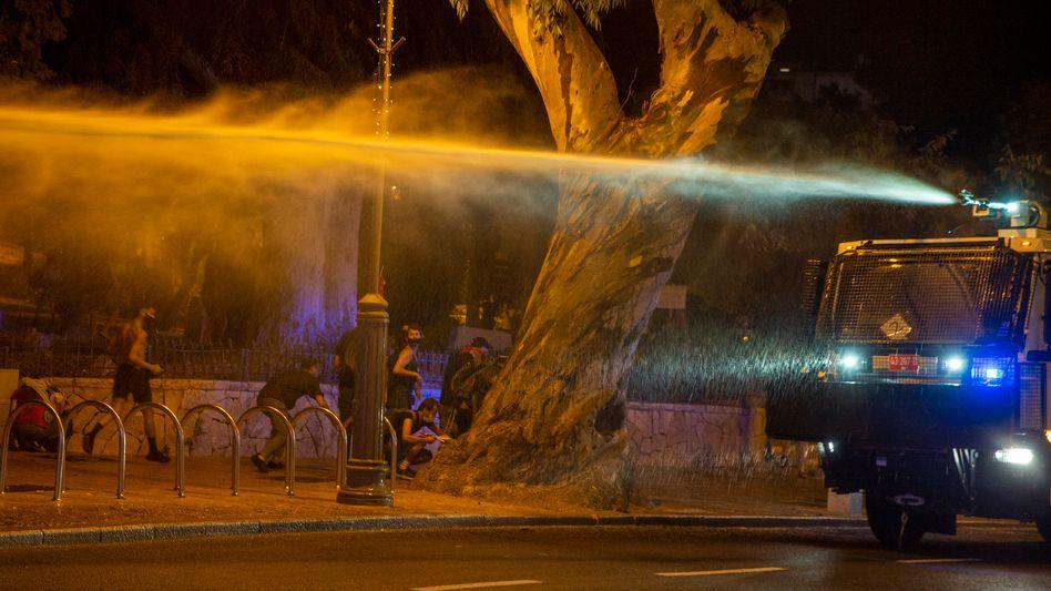 In der Nacht zu Freitag setzte die Polizei Wasserwerfer ein