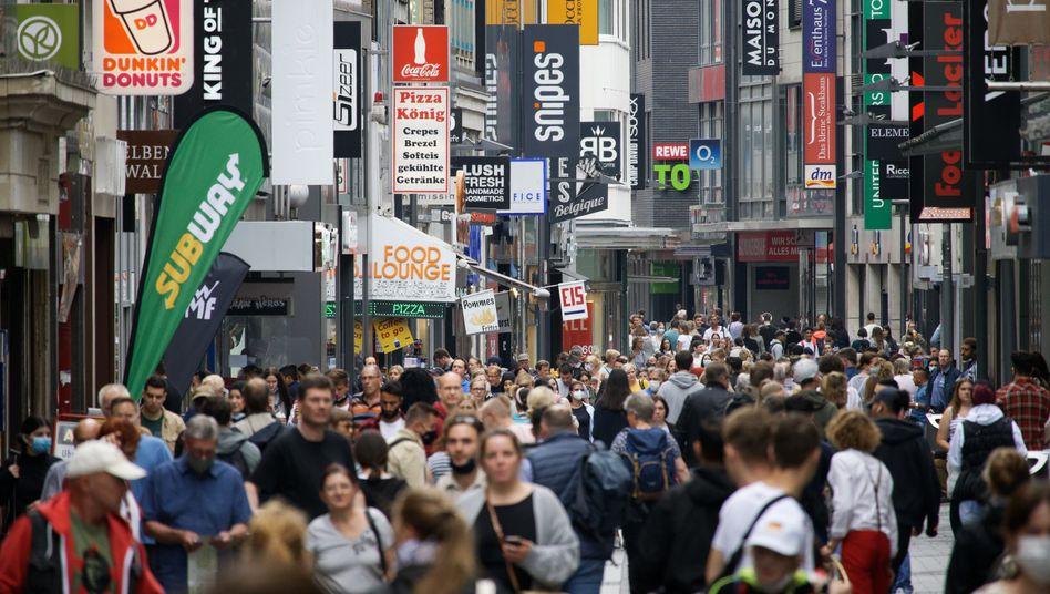 Die Einkaufsmeilen füllen sich wieder: Passanten auf der Hohen Straße in Köln