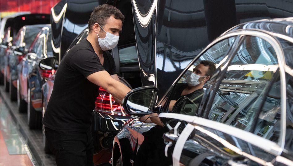 Daimler-Mitarbeiter bei der Arbeit: Starke Konjunktur