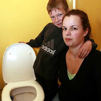 Nancy Bakke mit Sohn: Das Zielen im Stehen beigebracht