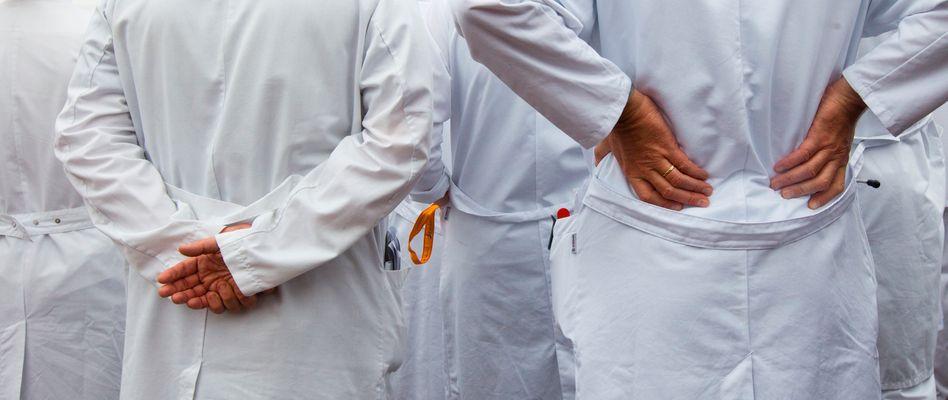Gruppenbild im Kittel: Sieht nach Chefarztvisite aus.