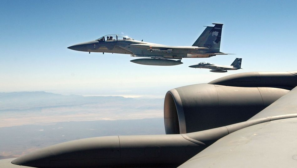 US-F-15-Kampfjets neben einem Tankflugzeug: Bereit zum Einsatz, falls notwendig