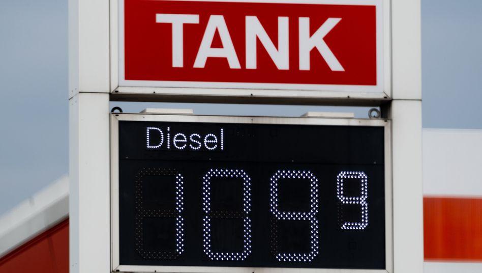 Eine Anzeige einer Tankstelle in Dresden zeigt den gefallenen Dieselpreisan.