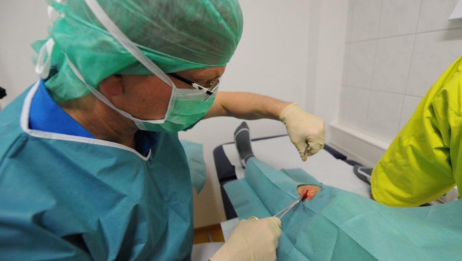 Patient in einer Facharztpraxis für Chirurgie: Kassenpatienten müssen oft länger warten als Privatversicherte