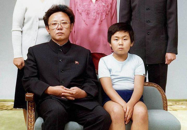Kim Jong Il mit seinem ältesten Sohn Kim Jong Nam (Archivbild von 1981)