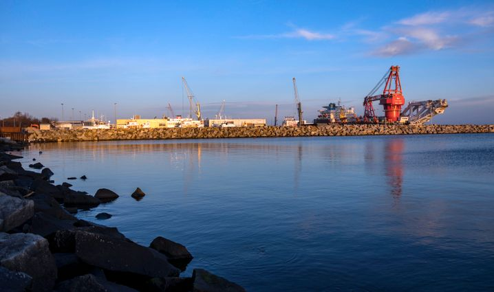 """Russisches Röhrenverlegeschiff """"Fortuna"""" im Hafen Sassnitz"""