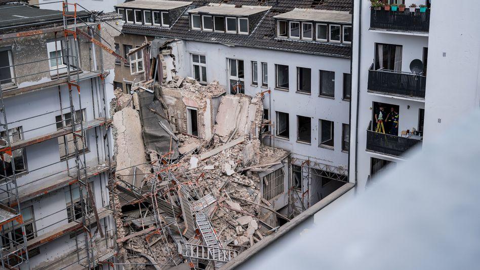 Gerüstteile liegen auf den Trümmern des eingestürzten Gebäudes