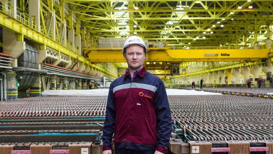 Alexej Zykow ist ein Mann der Metalle: Der Ingenieur erntet Kupfer bei einem der größten Hersteller Russlands im Ural, wie er den Prozess nennt. Weil nun alle Fußball gucken, muss sein Hobby, das Tanzen, erst einmal pausieren.