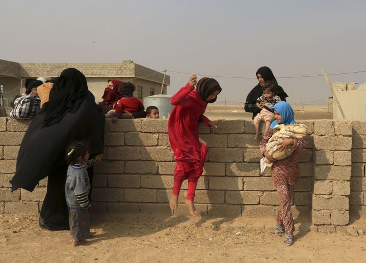 Zivilisten in einem Dorf nahe Mossul fliehen aus ihren Häusern