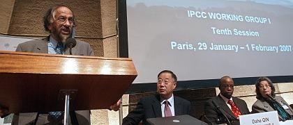 Die IPCC-Führung auf der Konferenz in Paris: Rajendra Pachauri aus Indien, Dahe Qin aus China, Jeremiah Lengoasa aus Südafrika (Weltorganisation für Meteorologie, WMO), Susan Salomon aus den USA
