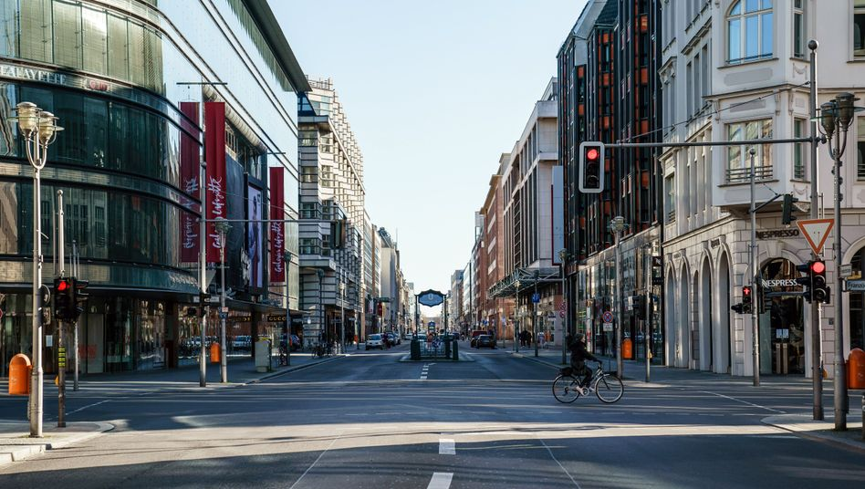 A deserted shopping street in Berlin: The economic crisis is expected to last far longer than the coronavirus epidemic.
