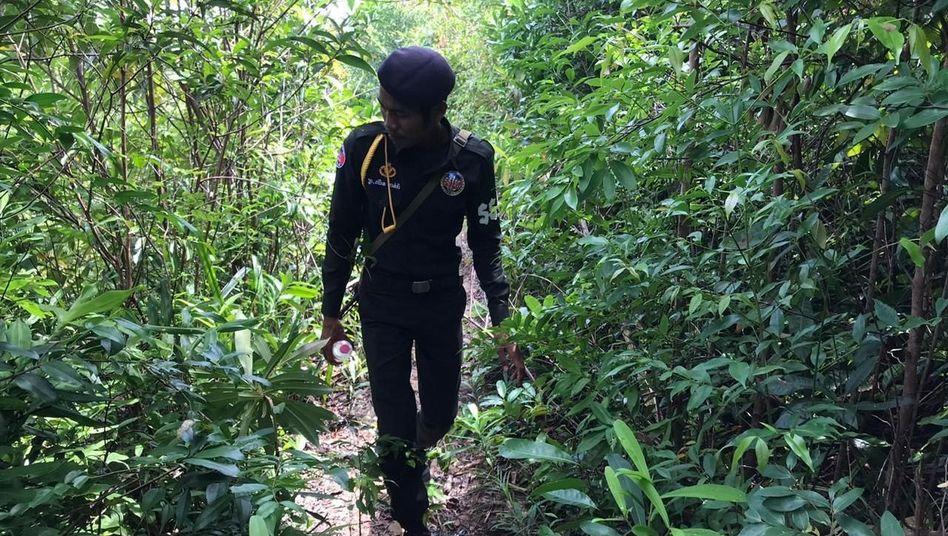 Ein Polizist sucht auf der kambodschanischen Insel Koh Rong nach der Vermissten: Von Fischern entdeckt