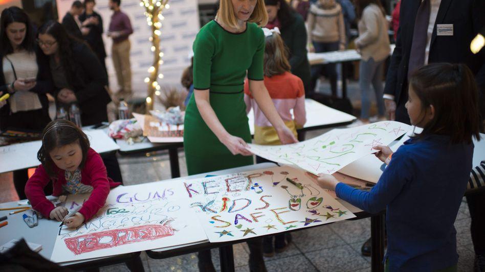 Kinder malen Plakate für die Demonstration