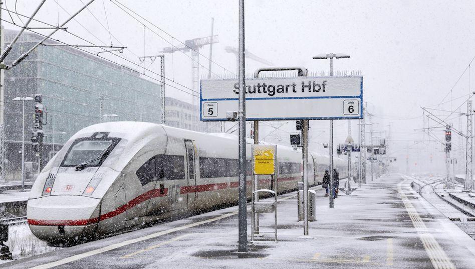 Ein ICE in dickem Schneefall (Archiv): Die EU-Staaten und das Europaparlament sind sich bei den Entschädigungsansprüchen nicht einig