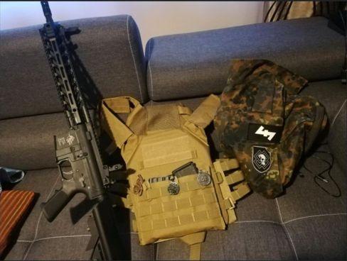 """""""Commander"""" postete im Oktober ein Foto seiner vermeintlichen Ausrüstung in einen internen Chat der """"Feuerkrieg Division"""""""