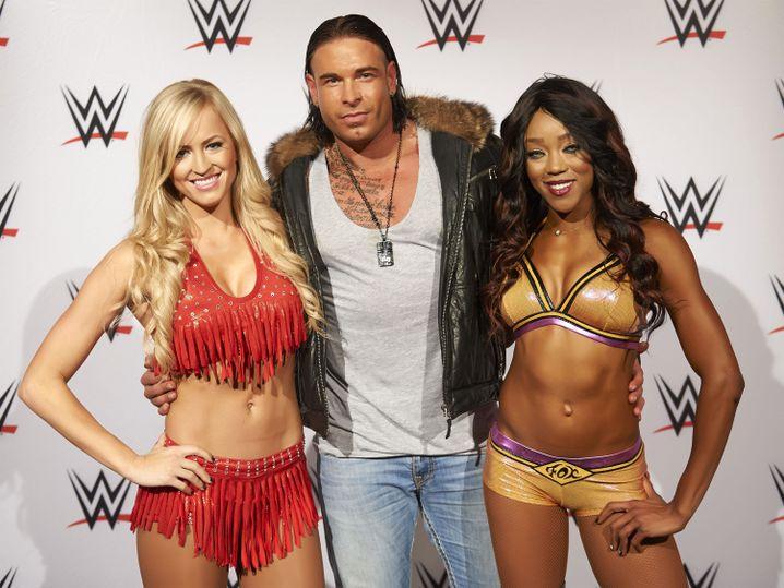Tim Wiese mit WWE-Wrestlerinnen Summer Rae (l.) und Alica Fox