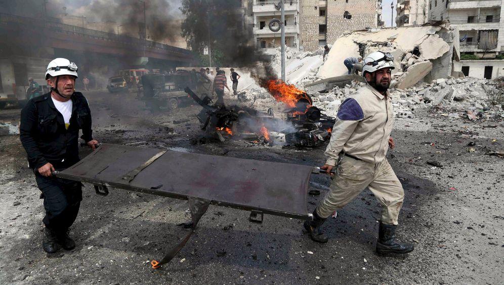 Syriens Weißhelme: Mit der Trage in die Trümmer