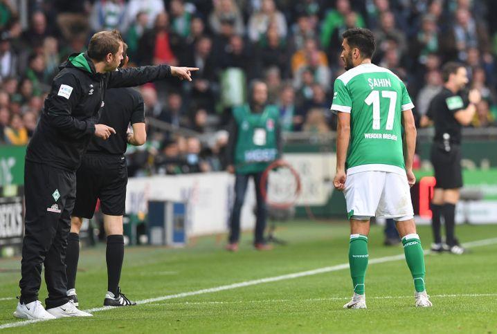 Florian Kohfeldt (l.) gibt Nuri Sahin Anweisungen