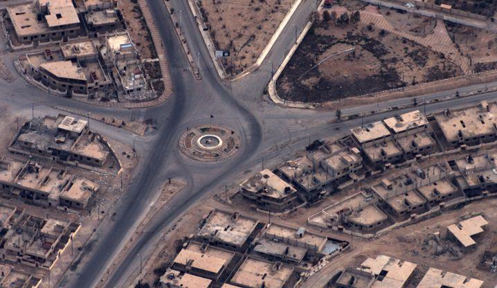 Dieses Aufklärungsbild zeigt eine vom IS besetzte Stadt am 24. März 2016.
