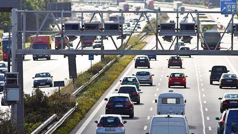 Mautbrücke auf Autobahn