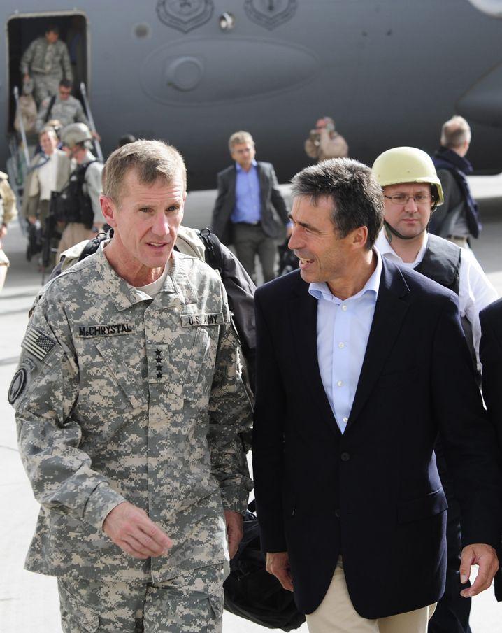 Nato-Chef Rasmussen (r.) mit US-General Stanley McChrystal: Genau zum Besuch hagelte es Hiobsbotschaften