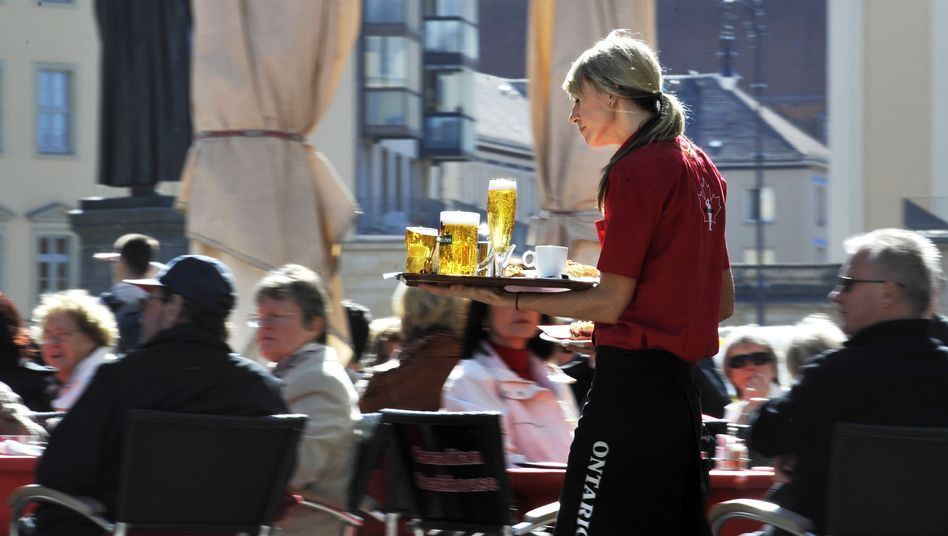 Kellnerin bei der Arbeit: Steht die untere Mittelschicht auf der Verliererseite?