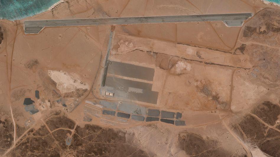 Satellitenaufnahmen vom 11. April zeigen, wie auf der Insel Perim eine Start- und Landebahn entsteht