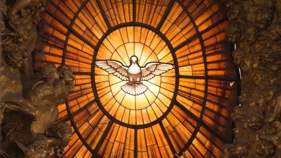 Kirchenfenster mit Taube
