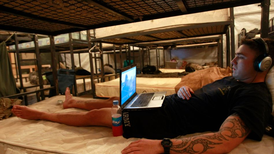 US-Soldat mit Laptop (Symbolbild): US-Militär warnt Militärangehörige vor Tauschbörsen-Nutzung
