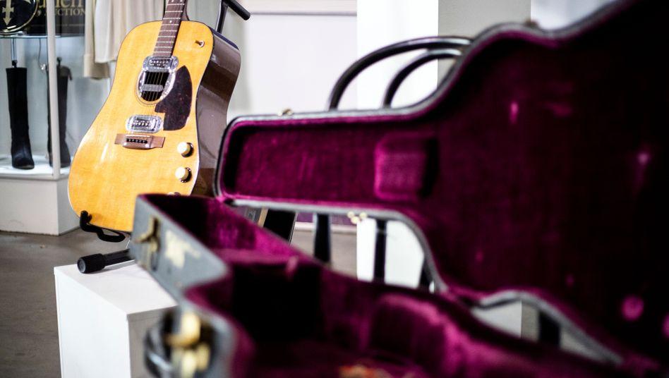 Cobain-Gitarre im Auktionshaus Julien's in Beverly Hills, Kalifornien