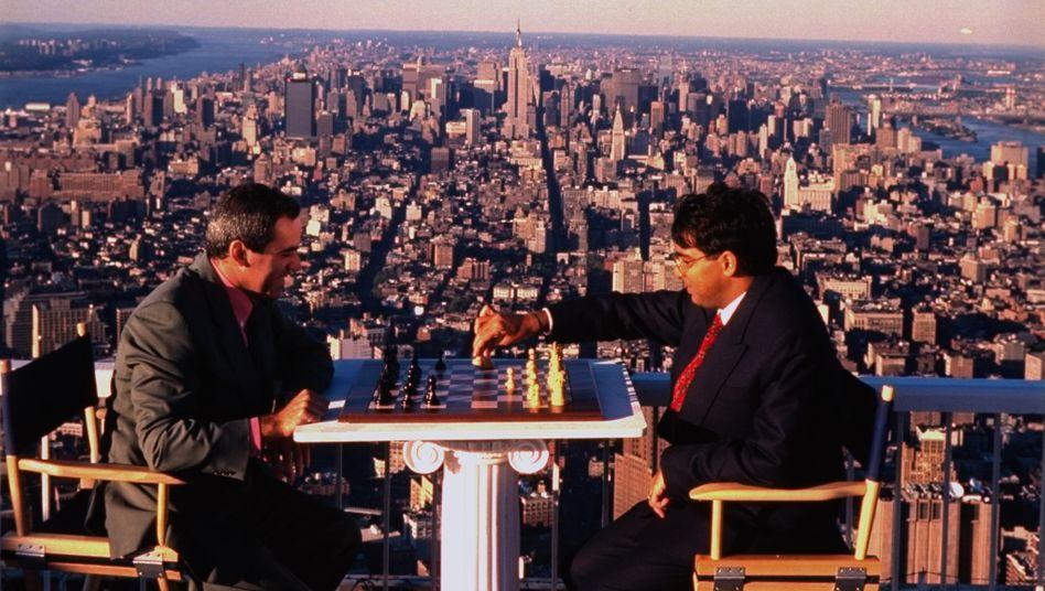 """Garri Kasparow (l.) und Viswanathan Anand spielten für Fotos auch auf dem Dach des World Trade Centers: """"Spektakuläre Orte haben nichts mit dem Schachspiel zu tun"""""""