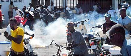 Gonaives im Norden Haitis: Aristide-Anhänger und -Gegner liefern sich Straßenschlachten