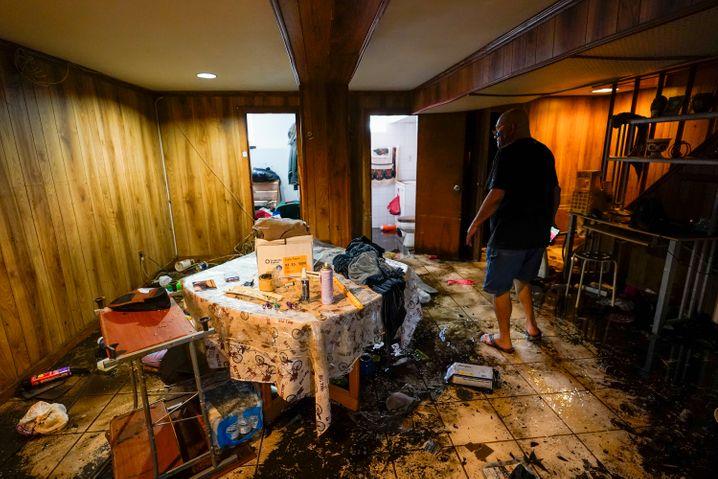 Aufräumarbeiten in einer überfluteten Kellerwohnung im New Yorker Stadtteil Queens