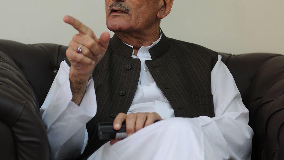 Minister Bilour beim Interview in Islamabad: Morddrohung gegen Regisseur