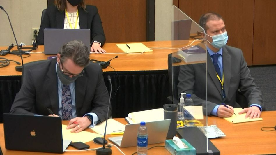 Derek Chauvin (r.) mit seinem Anwalt Eric Nelson während des Prozesses Ende März