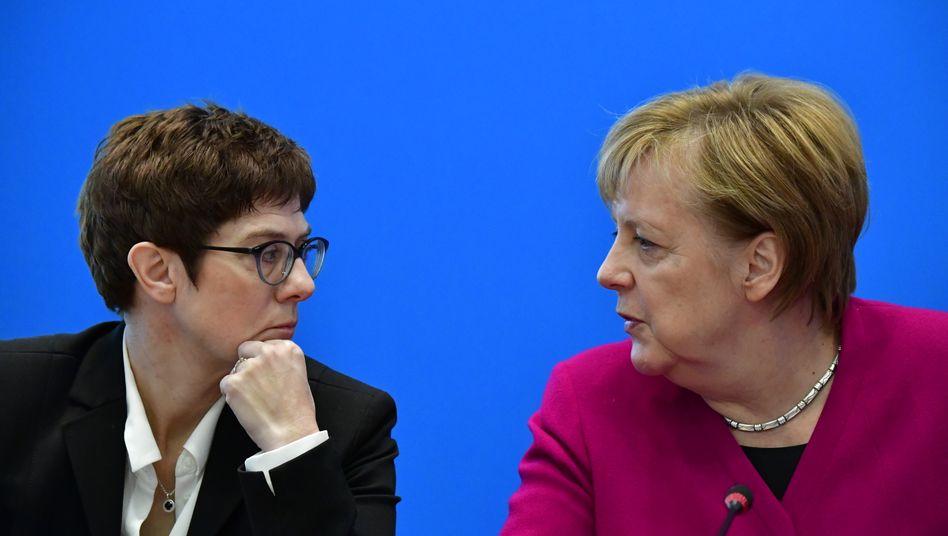Kanzlerin Angela Merkel und CDU-Parteichefin Annegret Kramp-Karrenbauer (Archivbild)