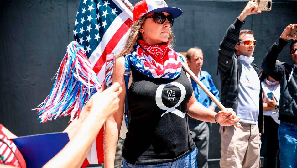 Eine QAnon-Anhängerin bei einer Kundgebung gegen die Corona-Auflagen in Kalifornien